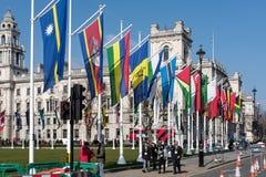LONDON - MARS 13: Flaggor som flyger i parlamentfyrkant i London på Royaltyfri Bild
