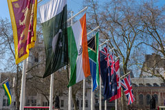 LONDON - MARS 13: Flaggor som flyger i parlamentfyrkant i London på Arkivbilder