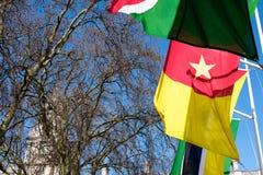 LONDON - MARS 13: Flaggor som flyger i parlamentfyrkant i London på Royaltyfria Bilder