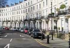 London - mars 30: Iconic traditionell rad av radhus i Kensington på mars 30, 2017 Fotografering för Bildbyråer
