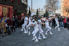 LONDON - MARS 13: Kent och Sussex Morris Dancers Performing i L royaltyfria bilder