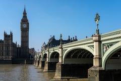 LONDON - MARS 13: Sikt av Big Ben och husen av parlamentet I Fotografering för Bildbyråer