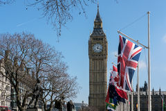 LONDON - MARS 13: Sikt av Big Ben över parlamentfyrkant i Lo Royaltyfri Fotografi