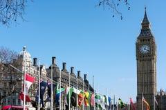 LONDON - MARS 13: Sikt av Big Ben över parlamentfyrkant i Lo Arkivfoton