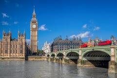London med röda bussar mot Big Ben i England, UK arkivfoto