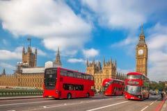 London med röda bussar mot Big Ben i England, UK arkivbild