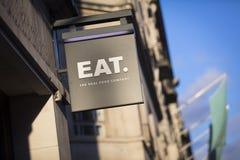 London, London mit Außenbezirken, Vereinigtes Königreich, am 7. Februar 2018, ein Zeichen und ein Logo für Eat wirkliches Lebensm lizenzfreie stockbilder