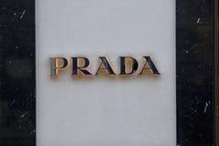 London, London mit Außenbezirken, Vereinigtes Königreich, am 7. Februar 2018, ein Zeichen und ein Logo für Prada lizenzfreies stockbild