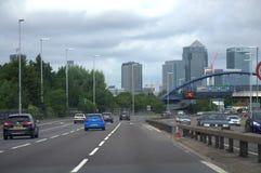 London motorway A2 och Canary Wharf royaltyfri bild