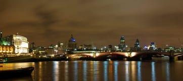 London-Nachtansicht von der Themse Stockbild