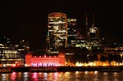 london natt Den historiska staden av London det finansiella området Royaltyfri Bild