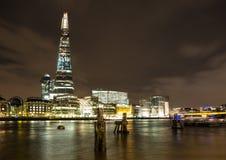 London natthorisont, flodThemsen och skärvan Royaltyfri Fotografi