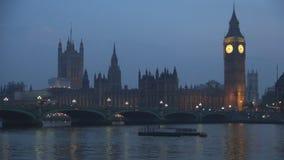 London nattlandskap med den Westminster slotten och bron över Thames River arkivfilmer