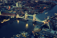 London at night with urban architectures and Tower Bridge. Europa Royalty Free Stock Image
