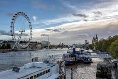 LONDON - 3. NOVEMBER: Ansicht entlang die Themse in London auf N Lizenzfreie Stockfotos