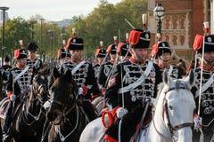LONDON - NOVEMBER 12: Husar som ståtar på hästrygg på Herren Royaltyfria Foton