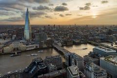 London och skärva från ovannämnt på solnedgången royaltyfri bild