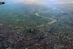 London och Themsen från luften royaltyfri foto