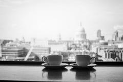 London och två koppar kaffe, bw Royaltyfria Foton