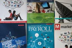 2017-12-13 - LONDON ONTARIO - EDITORIAL PHOTO OF A VARIETY OF MCGRAW HILL BUSINESS TEXTBOOKS USED IN UNIVERSITIES AND COLLEGES royalty free stock photos