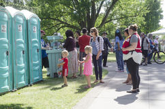 London Ontario, Kanada - Juli 16, 2016: Barn som väntar med th Royaltyfri Foto