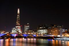 London på natten - skärvan royaltyfri bild