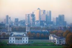 LONDON panorama av Canary Wharf i afton Sikten från de Greenwich kullarna inkluderar parkera, det kungliga kapellet, målat hal Fotografering för Bildbyråer