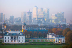 LONDON panorama av Canary Wharf i afton Sikten från de Greenwich kullarna inkluderar parkera, det kungliga kapellet, målat hal Arkivfoton
