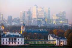 LONDON panorama av Canary Wharf i afton Sikten från de Greenwich kullarna inkluderar parkera, det kungliga kapellet, målat hal Royaltyfri Fotografi