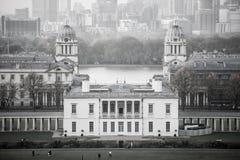 LONDON panorama av Canary Wharf i afton Sikten från de Greenwich kullarna inkluderar parkera, kungligt kapell Royaltyfri Fotografi