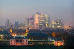 London panorama av Canary Wharf i natt Sikten från de Greenwich kullarna inkluderar parkera, det kungliga kapellet, målat hal Arkivbilder