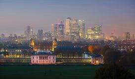 London panorama av Canary Wharf i natt Sikten från de Greenwich kullarna inkluderar parkera, det kungliga kapellet, målat hal Fotografering för Bildbyråer