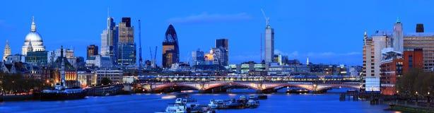London-Panorama an der Dämmerung Stockbild
