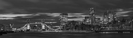 London - panoraman av den tornbron, flodstranden och skyskraporna på skymning med de dramatiska molnen Royaltyfria Foton