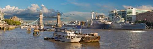 London - panoraman av tornbron, flodstrand i aftonljus Arkivfoton