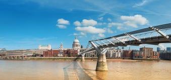 London panoramautsikt över Thames River med London horisont på Royaltyfria Bilder