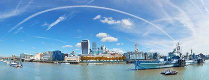 London panoramautsikt över Thames River med London horisont på Royaltyfria Foton