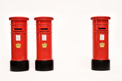 London postbox på vit bakgrund arkivfoton