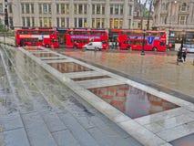 London röda bussar Fotografering för Bildbyråer