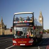 London-Reisebus, der auf Westminster-Brücke überschreitet Lizenzfreie Stockfotografie