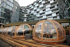 London restaurangCoppa klubba och dess festliga äta middag igloo vid Themsen Royaltyfria Bilder