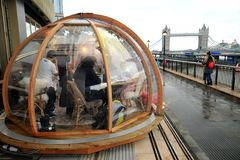 London restaurangCoppa klubba och dess festliga äta middag igloo vid Themsen Royaltyfri Bild