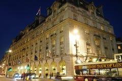 London Ritz Hotel på natten Royaltyfri Bild