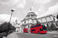 London Routemaster buss, Sts Paul domkyrka Arkivbild