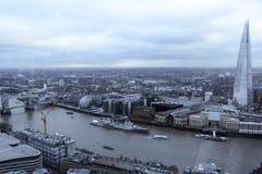 London-` s Skyline entlang dem Fluss stockbild