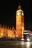 London sent på natten: miss inte den sista bussritten i Westminster! Royaltyfria Bilder