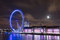 LONDON - SEPTEMBER 16: London synar över Thames River på natten Arkivfoto