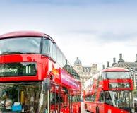 LONDON - SEPTEMBER 28, 2013: Sikt av en buss London för dubbel däckare Arkivbild