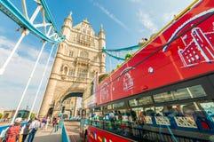 LONDON - SEPTEMBER 28, 2013: Sikt av en buss London för dubbel däckare Royaltyfria Foton