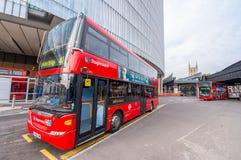 LONDON - SEPTEMBER 28, 2013: Sikt av en buss London för dubbel däckare Royaltyfri Bild